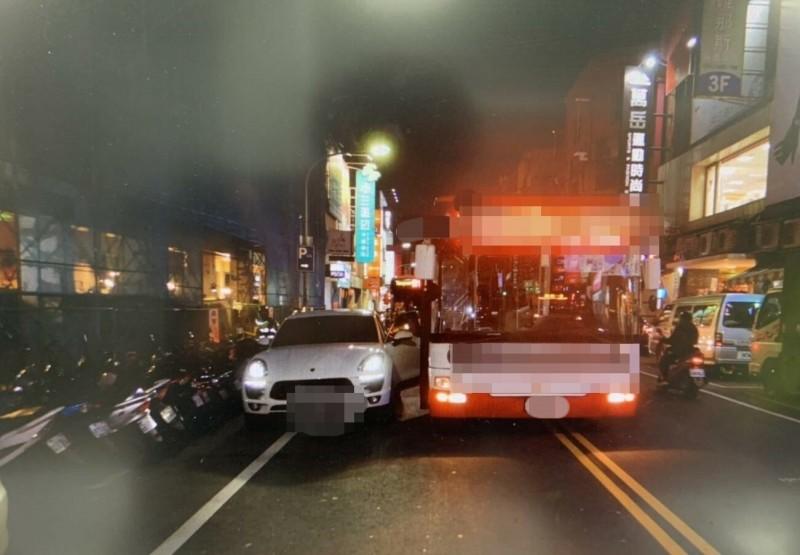 保時捷休旅車與公車發生碰撞。(記者周敏鴻翻攝)