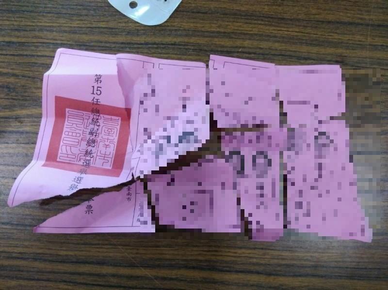 一名女性選民蓋錯票,竟要求選務人員換張新的總統選票給她,遭選監人員拒絕後,她竟當場將蓋錯的總統選票撕毀。(記者楊金城翻攝)