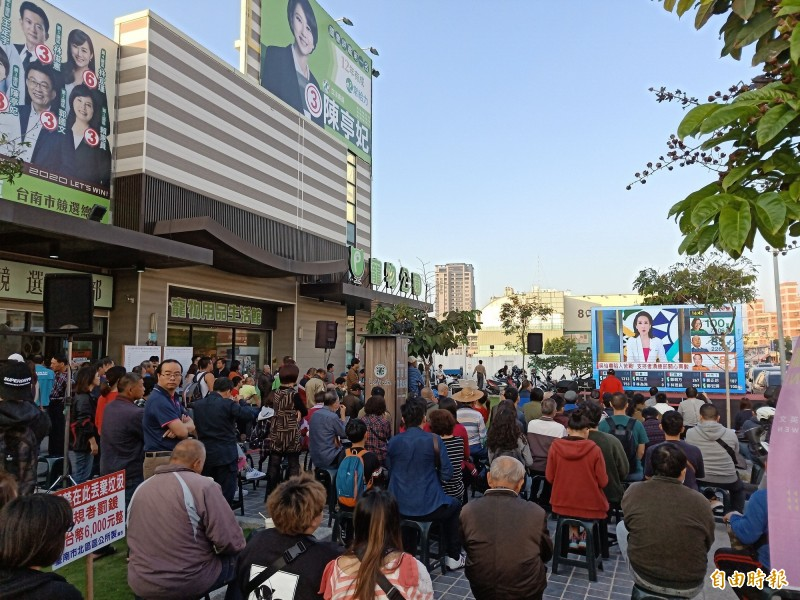 台南綠營支持者群聚小英競總看開票。(記者王姝琇攝)