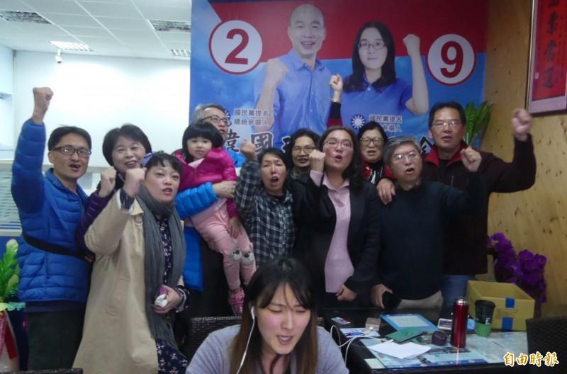 爭取連任的國民黨金門立委候選人陳玉珍(前右二)在縣黨部主委石兆瑉(後右一)及支持者陪同下,自行宣布當選。(記者吳正庭攝)
