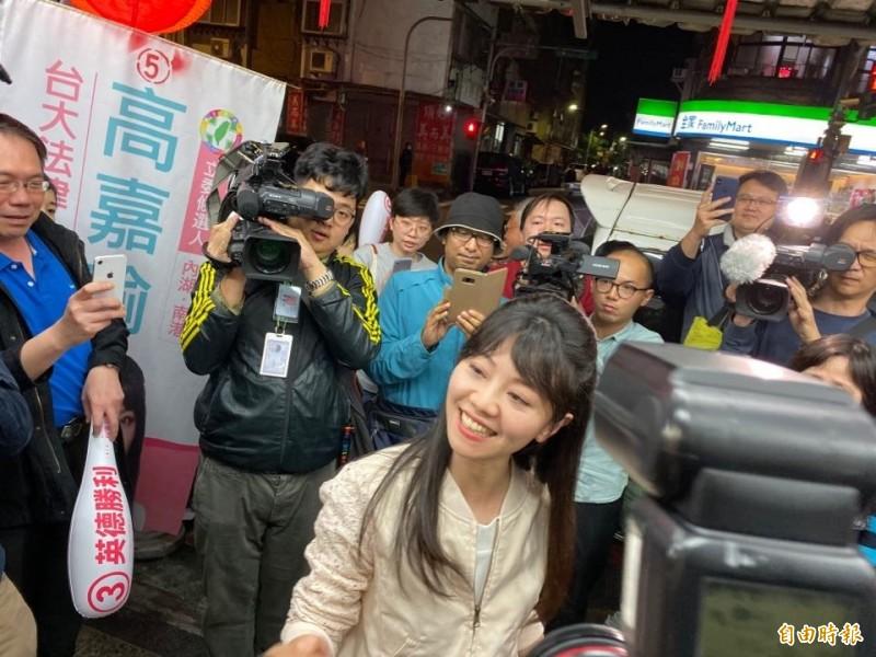 高嘉瑜在約6時進到環山路一段的競選總部,一到現場便被支持者包圍,支持者高喊「高嘉瑜凍蒜」、「港湖女神凍蒜」。(記者楊心慧攝)