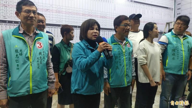 台南立委第一選區民進黨籍賴惠員(左2)勝選,邀請競選對手共同為台灣與溪北的未來努力打拚。(記者王涵平攝)