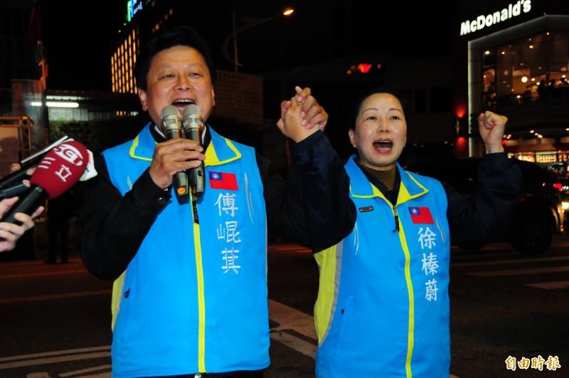 傅崐萁、徐榛蔚晚間7時許一起現身競選總部宣布當選,傅還特別感謝「我的最愛徐榛蔚」,感謝她連日來為他承受許多壓力。(記者花孟璟攝)