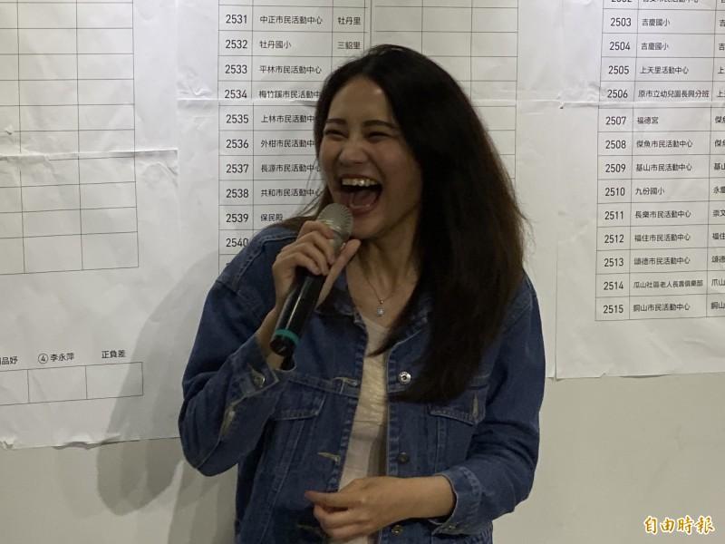 民進黨新北市第12選區立委候選人賴品妤,晚間7點55分自行宣布當選,開心的心情全寫在臉上。(記者俞肇福攝)
