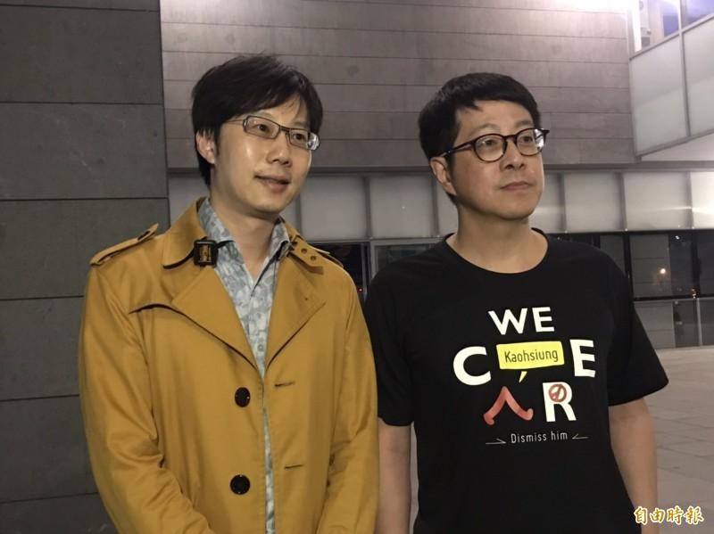 「Wecare高雄」發起人尹立(右)呼籲韓國瑜應立刻道歉辭職下台,左為罷韓四君子之一陳冠榮醫師。(記者葛祐豪攝)