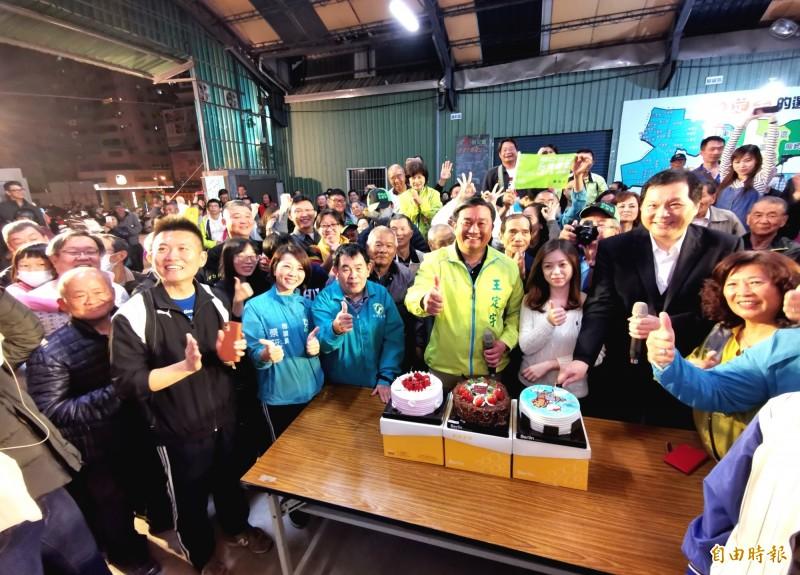 慶祝蔡英文突破800萬票,王定宇買蛋榚與支持者分享。(記者吳俊鋒攝)