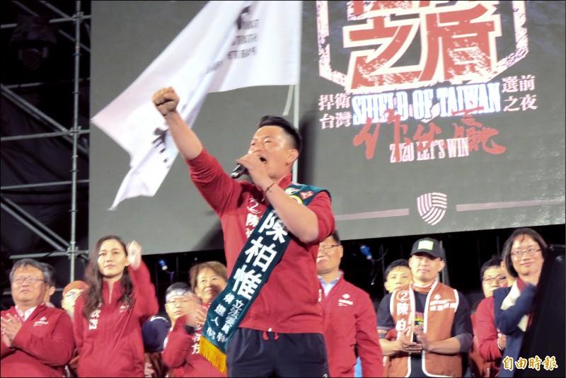 陳柏惟十日在選前之夜高喊主張台灣獨立。(記者蘇金鳳攝)