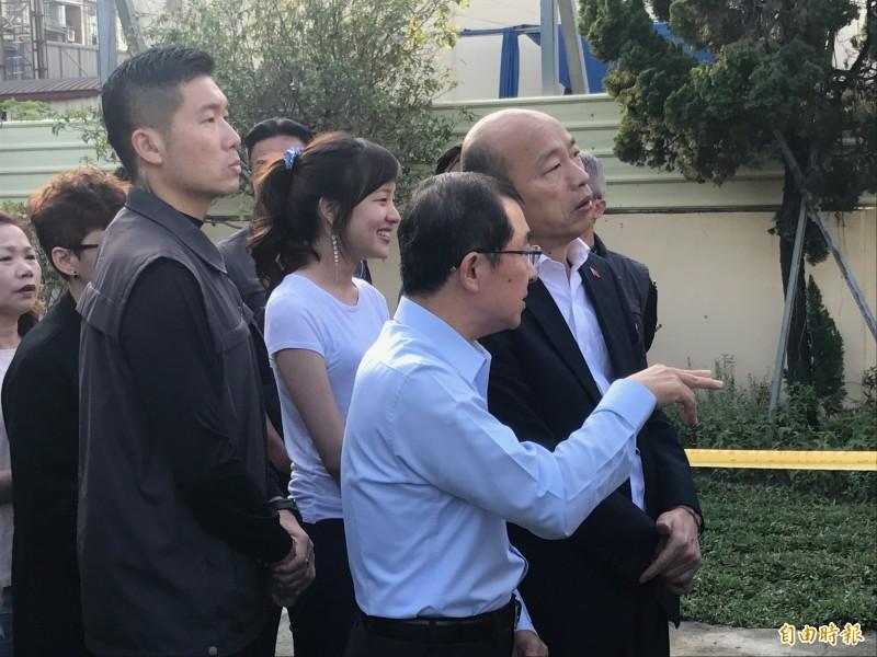 國民黨總統候選人韓國瑜在韓冰陪同下排隊投票。(記者洪臣宏攝)
