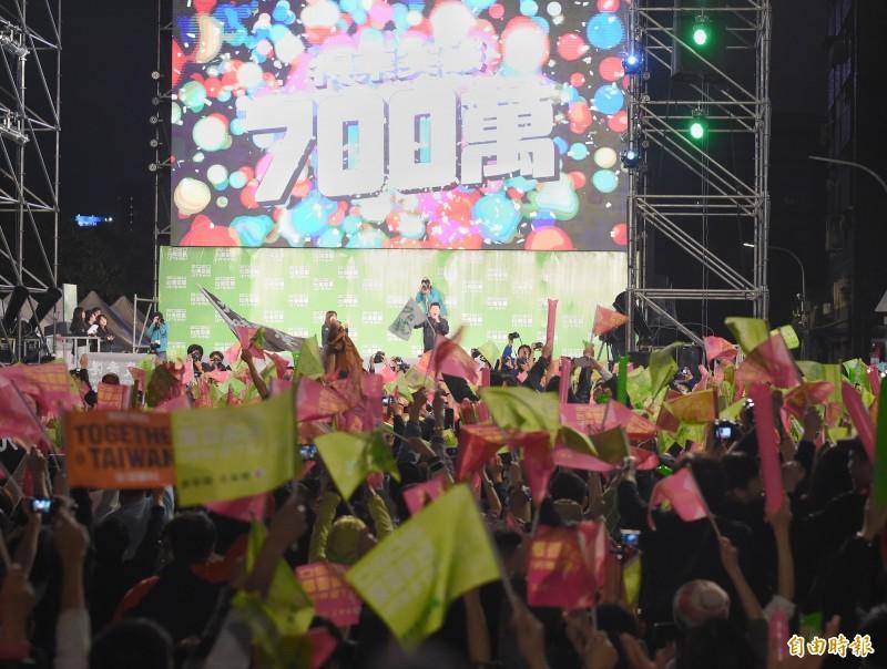 蔡英文得票突破7百萬,總部民眾一片歡呼。(記者朱沛雄攝)