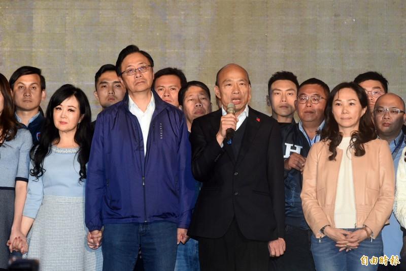 身兼高雄市長的國民黨總統候選人韓國瑜(右二)在總統大選慘敗給總統蔡英文,以551萬票落選,他也宣布將返回高市政府,對比他在2018年市長選戰拿到89萬票,這次在高雄只拿到61萬票,整整少了28萬票。(記者張忠義攝)