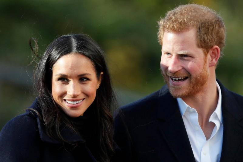 英國哈利王子(右)和梅根(左)夫婦宣布退居王室二線成員後,11日英媒透露,梅根已與迪士尼簽署配音合約。(美聯社)