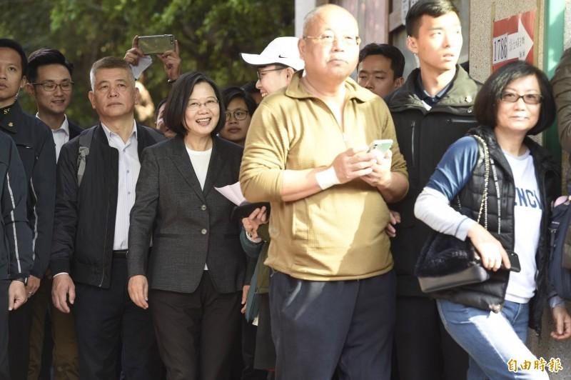 總統蔡英文也前往投票所投票,並在排隊時與民眾寒喧。(記者叢昌瑾攝)
