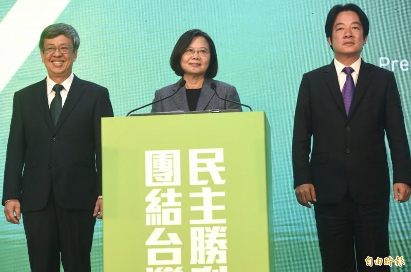 總統蔡英文(中)晚間由副總統陳建仁(左)、副總統候選人賴清德(右)陪同召開國際記者會,發表勝選感言。(記者簡榮豐攝)
