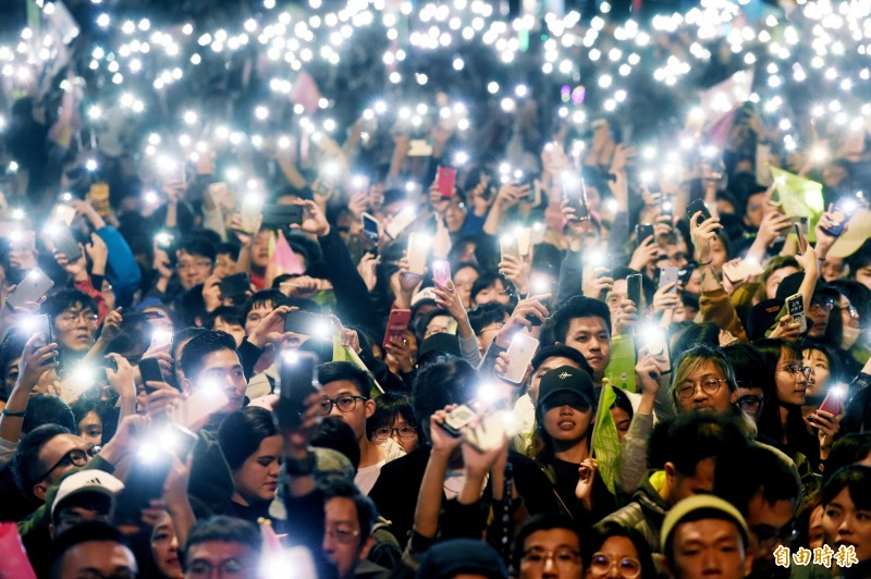 蔡英文獲得破800萬張選票成功連任,支持民眾聚集競選總部前慶祝。(記者朱沛雄攝)
