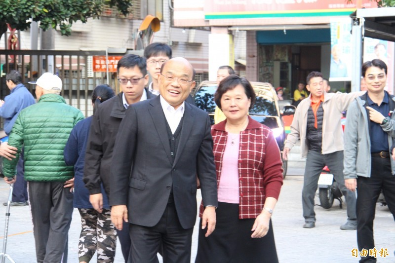 蘇貞昌偕妻子詹秀齡投票。(記者邱書昱攝)