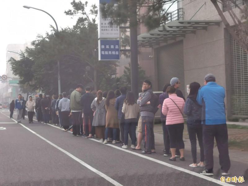 台南一早就有民眾在晨霧中排隊,等候投票。(記者吳俊鋒攝)
