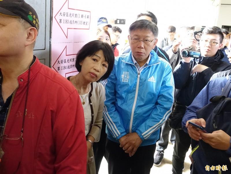 總統及立委選舉今天投票,台北市長柯文哲偕同夫人陳珮琪前往台北市金甌女中投票。(記者王藝菘攝)