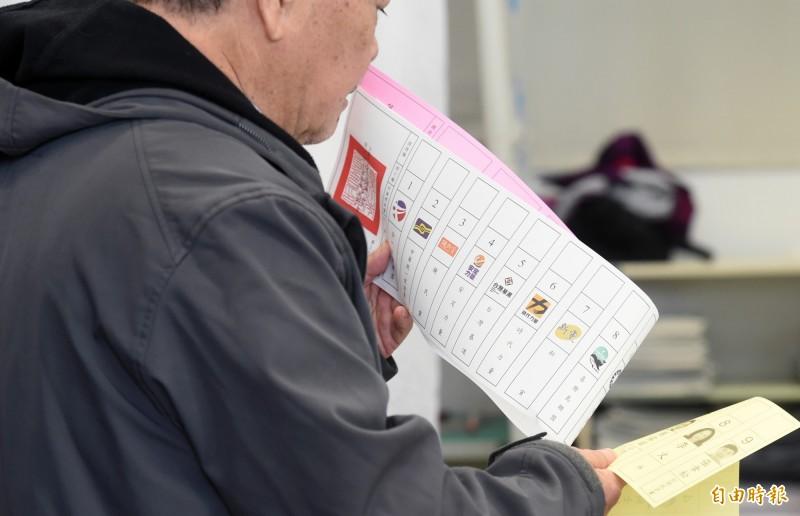 政黨票(白色)羅列了19個政黨名稱,長度創下選舉新紀錄。(記者廖振輝攝)