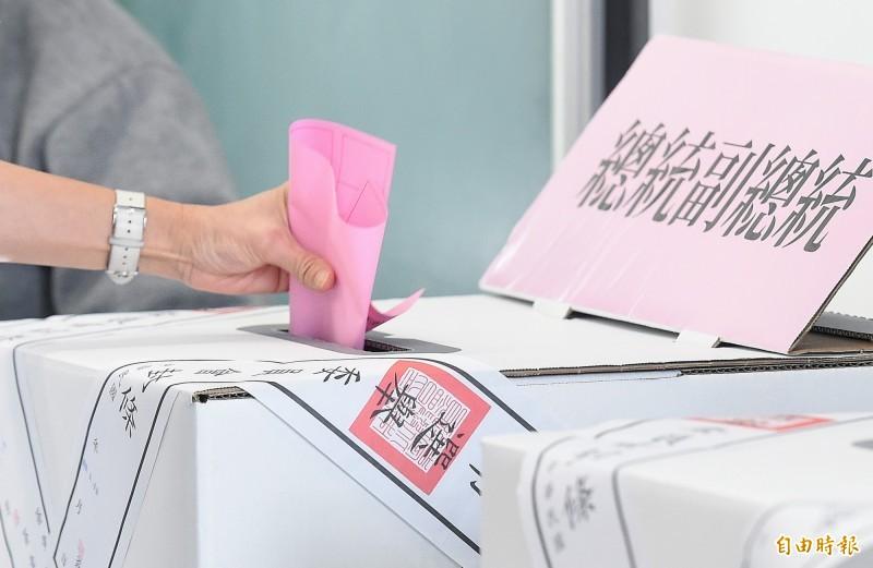 第15任總統、副總統及第10屆立法委員選舉11日舉行,由於選情緊繃,一早民眾紛紛前往投票所,投下關鍵一票。(記者廖振輝攝)