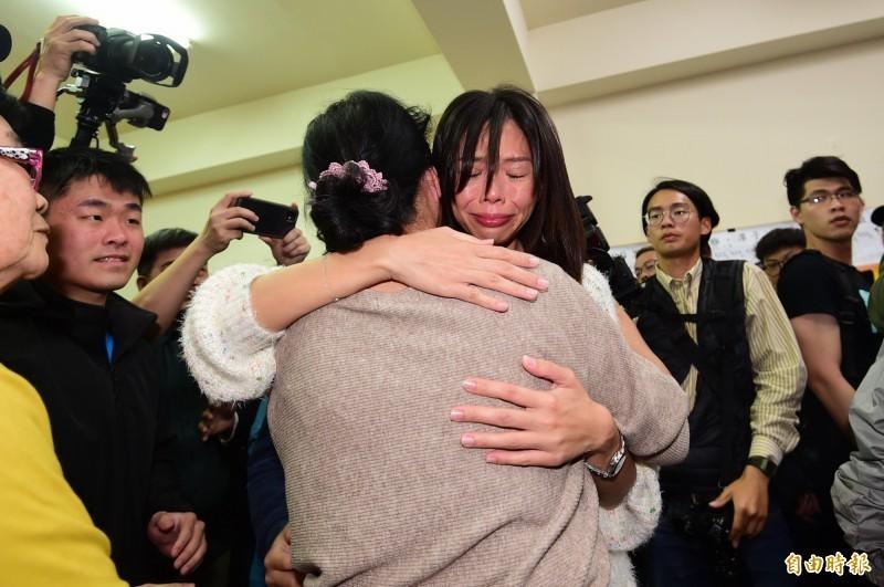 台中第三選區立委洪慈庸以些微票數落敗,眼眶泛淚,一一與支持者擁抱致意。(記者廖耀東攝)