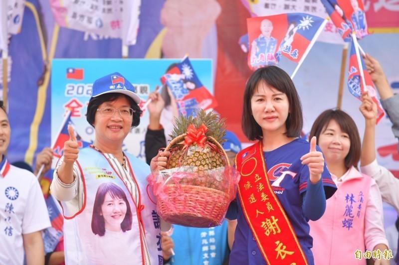 謝衣鳳(前排右)在此次立委選舉中,成功替母親鄭汝芬復仇。左為彰化縣長王惠美。(資料照)