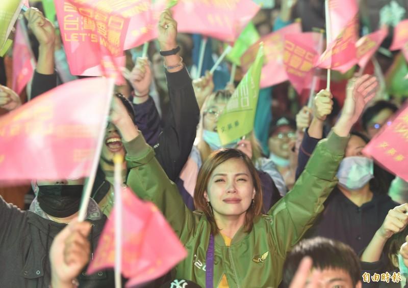 蔡英文得票突破800萬,刷新總統大選紀錄!今晚競選總部前的支持者興奮地揮舞旗幟、高喊口號、激動到落淚。(記者劉信德攝)