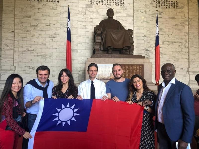 聯盟黨議員巴薩羅(右3)在會中表示,討論香港問題時,不能排除台灣,中國政府正不計代價想用「一國兩制」吞併台灣。圖為2019年11月巴薩羅等一行人參訪中正紀念堂。(圖取自facebook.com/AlexBazzaroDeputatoLega)