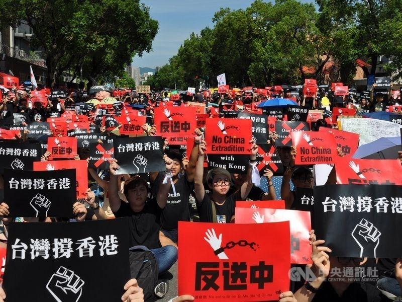 義大利國會外交委員會日前討論「支持香港民主」動議案,多位議員主動發言挺台,主張避免「今日香港成為明日台灣」。圖為2019年6月台灣民眾參加「反送中,撐香港」集會。(中央社)