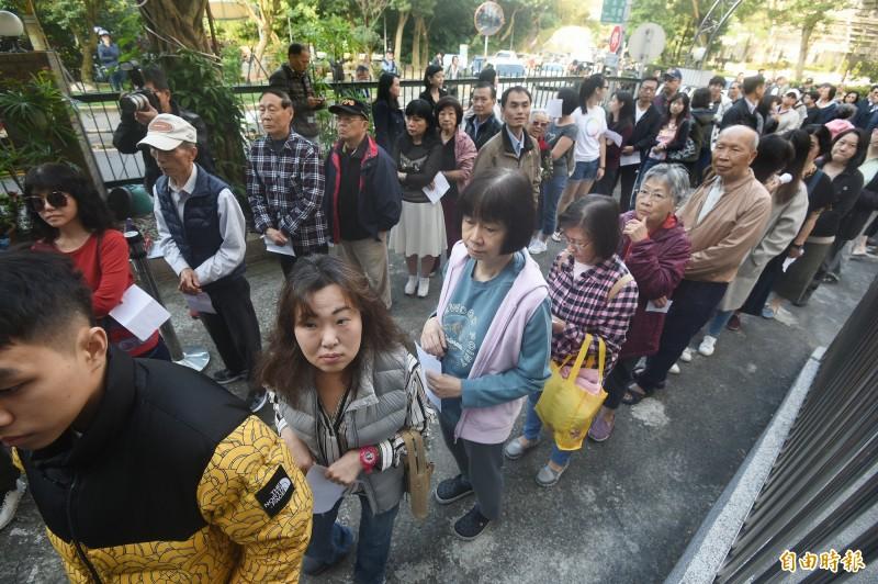 總統、立委選舉11日舉行,前總統馬英九一早前往住家附近的投票所,跟著民眾排隊進投票所。(記者廖振輝攝)