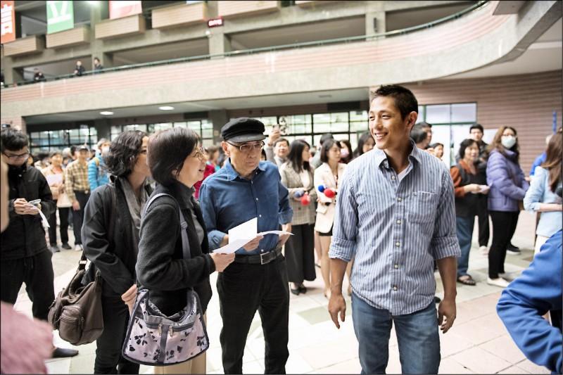 吳怡農(右)昨天與爸爸、媽媽、妹妹一同投票。 (吳怡農辦公室提供)