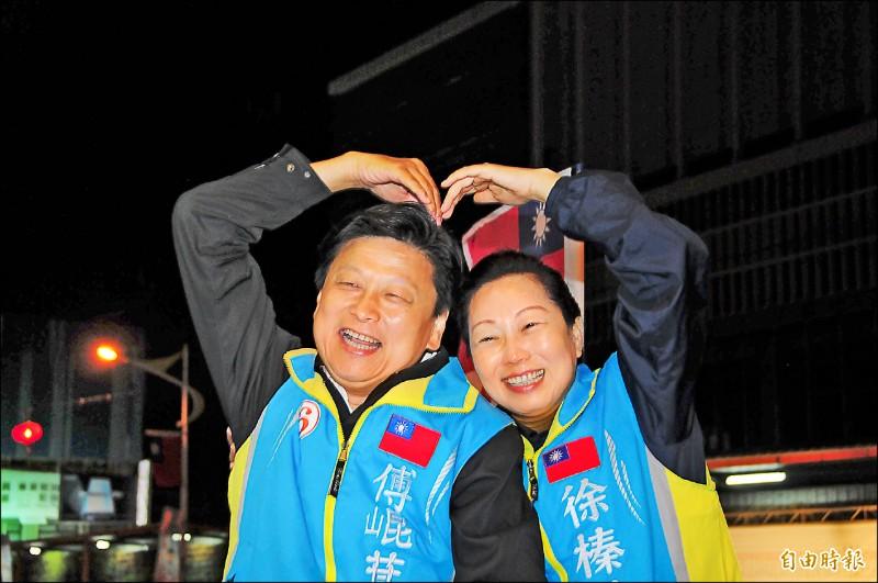傅崐萁夫妻站上宣傳車準備外出掃街謝票前,還比愛心手勢曬恩愛。(記者花孟璟攝)