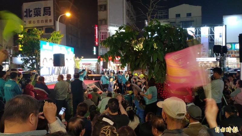 民進黨蔡賴配在台南拿下全國最高得票率,大贏韓張配近45萬票,小英台南總部開票夜現場歡聲擂動。(記者蔡文居攝)