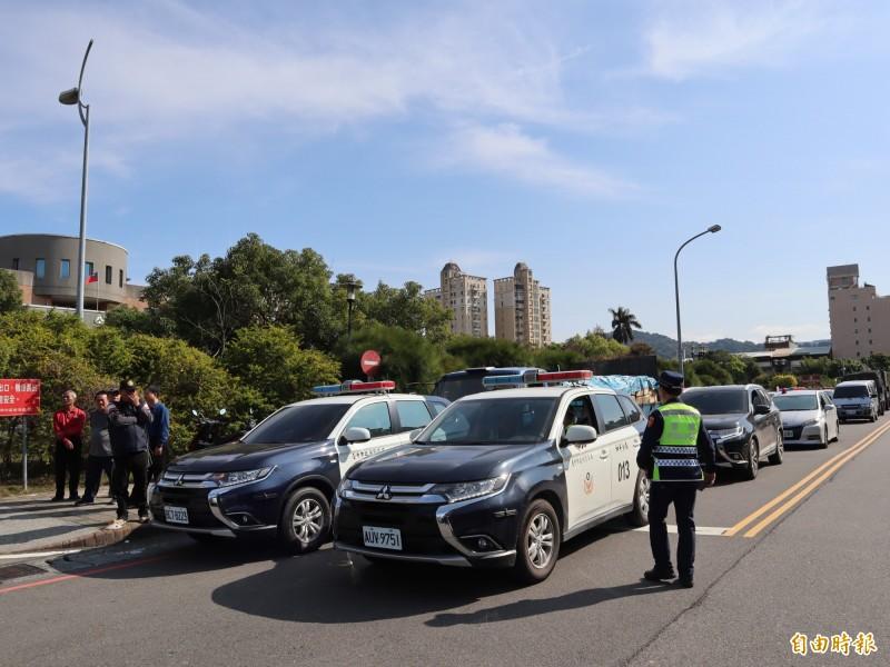 大批警車護送選票,暫停在豐原區陽明街,引發路過民眾矚目。(記者歐素美攝)