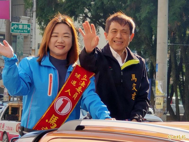 南投縣第1選區立委馬文君(左)順利連任,與夫婿王俊國(右)進行謝票,感謝鄉親支持。(記者佟振國攝)