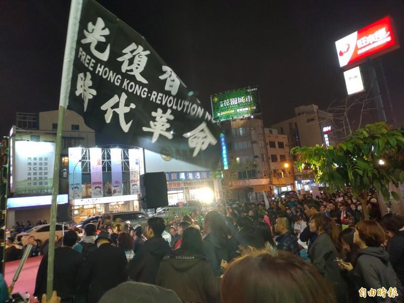 小英台南總部開票夜,有年輕人揮舞著「光復香港、時代革命」的旗幟,聲援香港。(記者蔡文居攝)