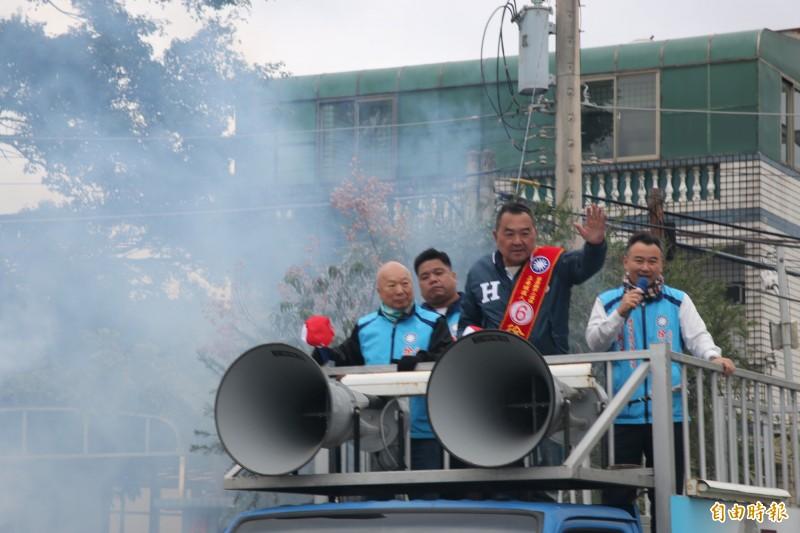 國民黨苗栗第二選區立委當選人徐志榮,今早展開謝票行程。(記者鄭名翔攝)