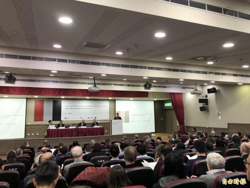 台灣民主基金會今舉辦「選後之國內外情勢展望:穩定或未定?」國際研討會,約2百位國際學者與外媒出席與會。(記者呂伊萱攝)