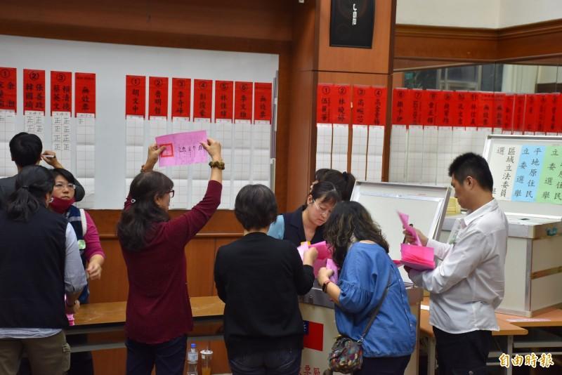 總統、立委選舉的開票現場。(記者李容萍攝)