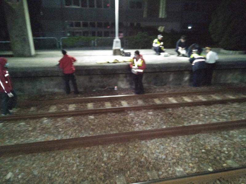 鐵路警方到場勘查釐清案情中。(記者鄭名翔翻攝)
