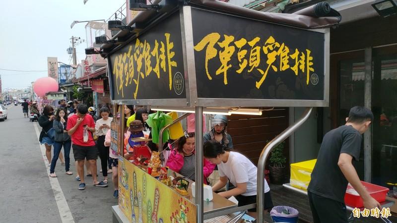 東港有雞排業者發放軟骨丁。(記者陳彥廷攝)