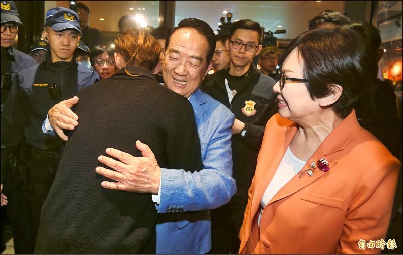 親民黨總統、副總統候選人宋楚瑜(中)、余湘(右)昨晚抵達競選總部,擁抱支持者表達感謝。(記者廖振輝攝)