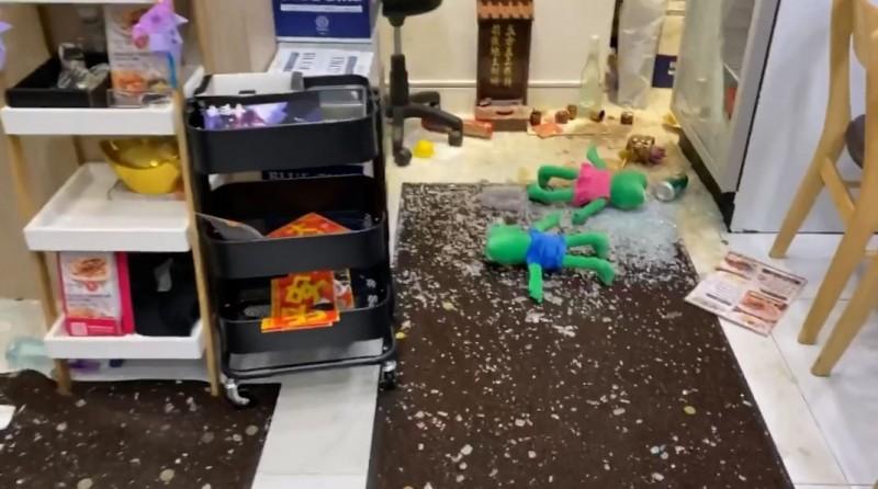 香港灣仔的知名餐廳「文華饕記」,疑似因其力挺反送中運動的立場,昨(11)晚遭一名蒙面男子砸店鬧事。(圖擷取自臉書_文華饕記)
