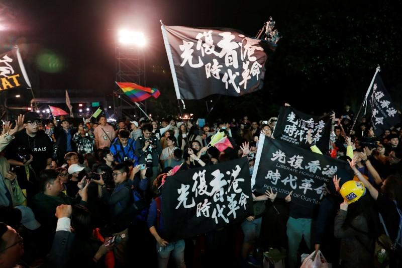 香港知名作家鄭立分析,香港反送中運動削弱了中國入侵台灣政治力量,意外改變選舉情勢。圖為蔡英文競選總部的支持反送中人士。(路透)