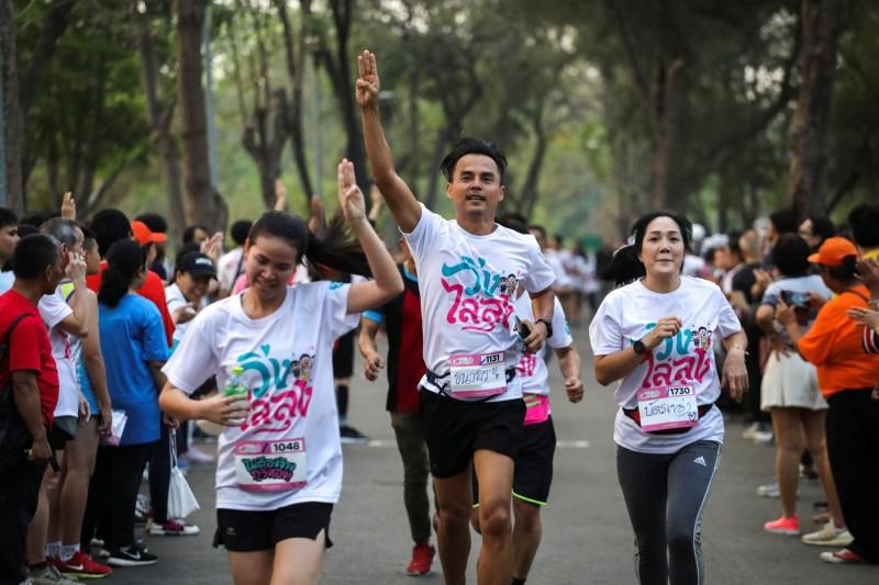 跑者穿著活動主辦方所印製的T恤,慢跑途中不斷吶喊「帕拉育滾出去」、「民主萬歲」等口號,高舉「三指」反獨裁手勢,完成共計2.6公里的賽程。(路透)