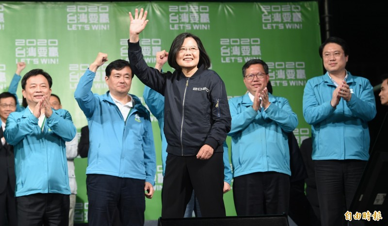 總統蔡英文在大選當晚發表勝選感言,並揮手向滿場支持者表示感謝。(資料照,記者劉信德攝)