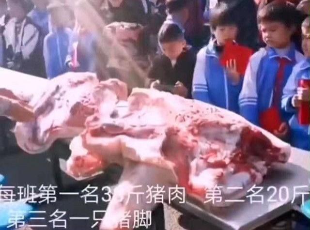 �F州1�g�W校�楠��钇谀┛荚�成������W生,分�e�o全班前三名�W生30斤�i肉、20斤�i肉、1�b�i�_。(�D�X自�W路)