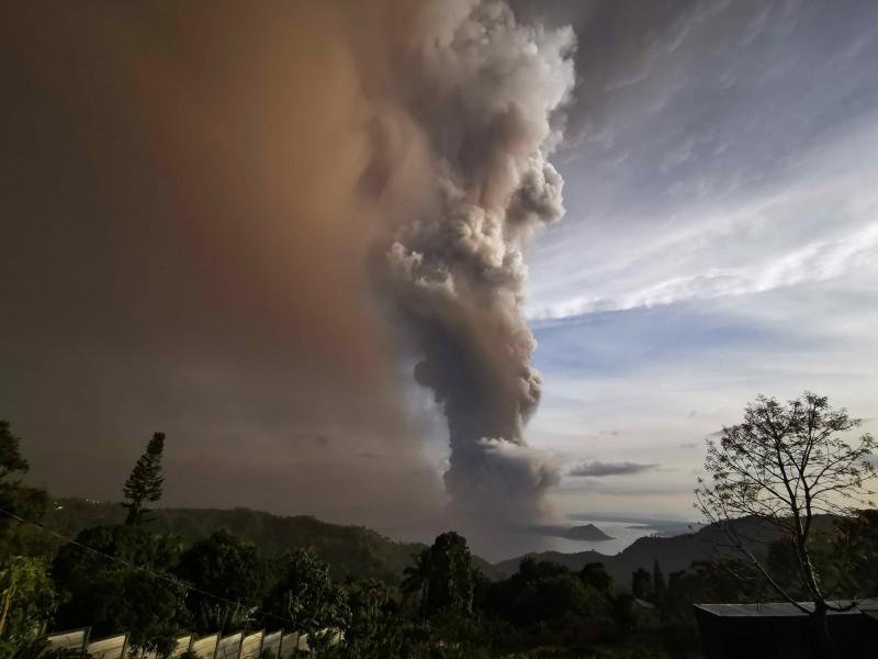 菲律賓最活躍的火山之一的塔爾火山在今日下午噴發。(歐新社)