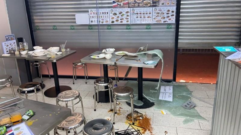 元朗「水門雞飯」昨晚營業時間被人闖入破壞,大量設備被打爛。(圖取自推特)