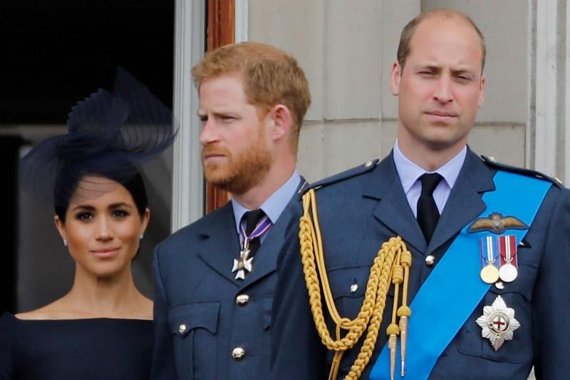 哈利(中)和梅根(左)突然宣布退出皇室,哥哥威廉王子(右)向友人「心累」表示:「我已經照顧他一輩子了。」(法新社)