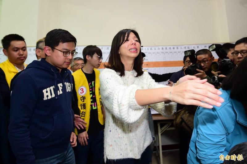 台中第三選區立委洪慈庸以些微票數落敗,眼眶泛淚,一一與支持者擁抱致意。(資料照)